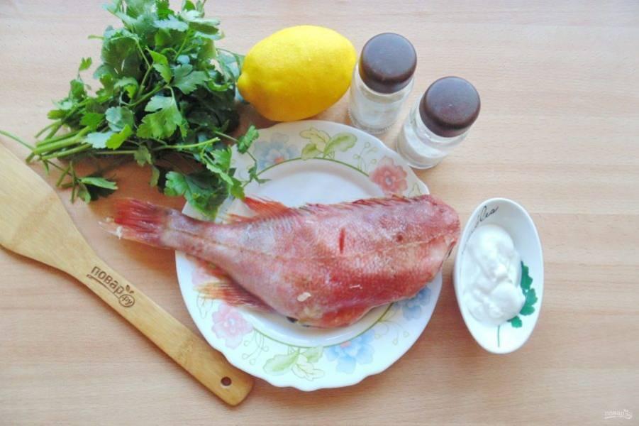 Подготовьте ингредиенты для приготовления морского окуня в сметане в духовке.