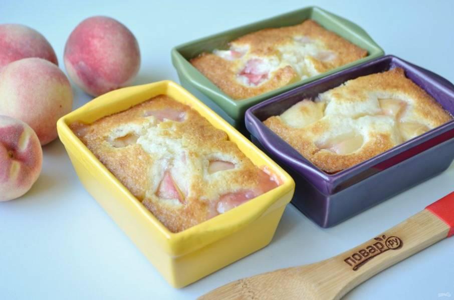 9. Персиковый коблер готов, он имеет золотистую корочку, сладкую и нежную персиковую мякоть.