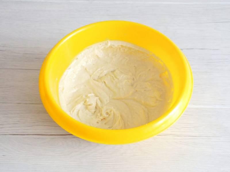 Взбейте тесто в течение 2-3 минут на большой скорости. Оно должно получиться воздушным и лёгким.
