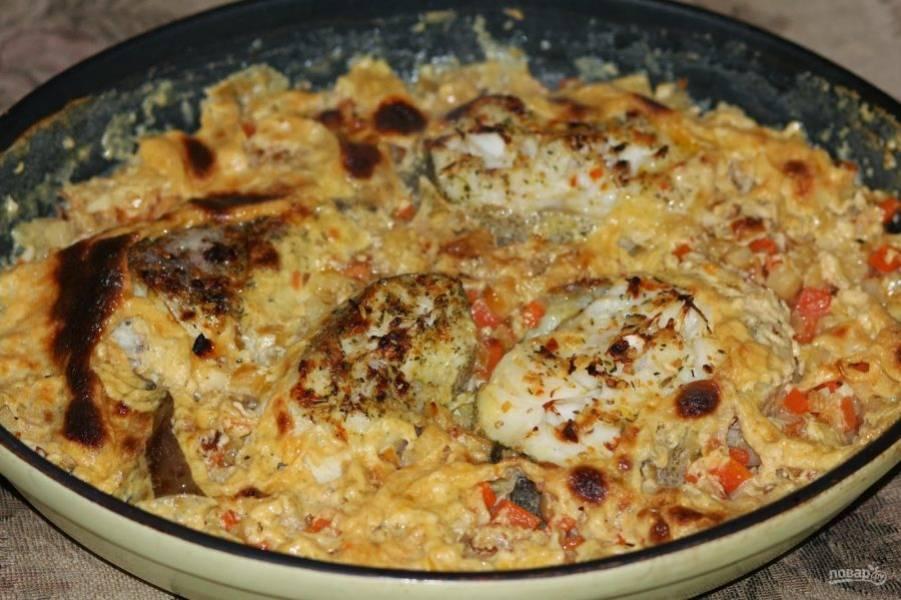Разогрейте духовку до двухсот градусов. Поставьте в нее рыбу и запекайте на протяжение 20 минут. Подавайте блюдо горячим. Приятного аппетита!