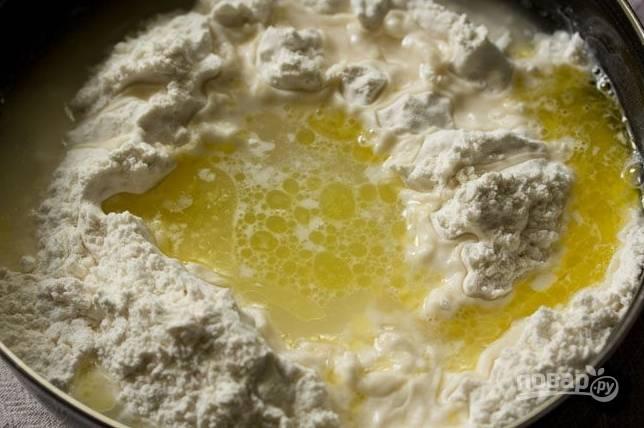 Далее — лимонный сок. Затем по частям добавьте воду.