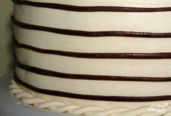 Из оставшийся пасты с какао нарежьте полоски по диаметру, как нотный стан и сами ноты.