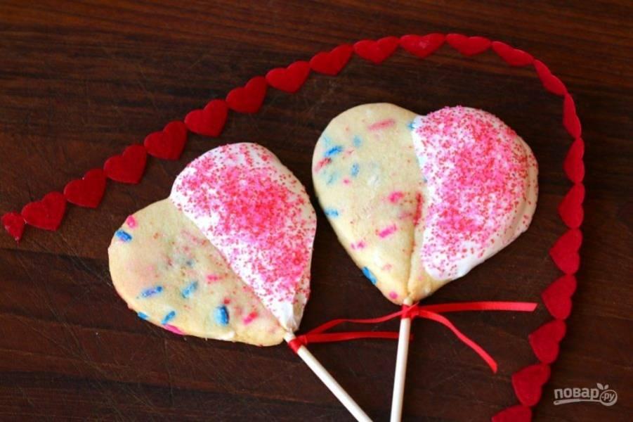 9. Когда печенье остынет, украсьте его по своему желанию (например, растопленным шоколадом и посыпкой). Дайте украшениям высохнуть. Наслаждайтесь!