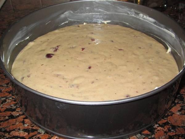 6. Смазать жаропрочную форму маслом и вылить тесто. Отправить в разогретую духовку и выпекать пирог до готовности - около 35-45 минут.