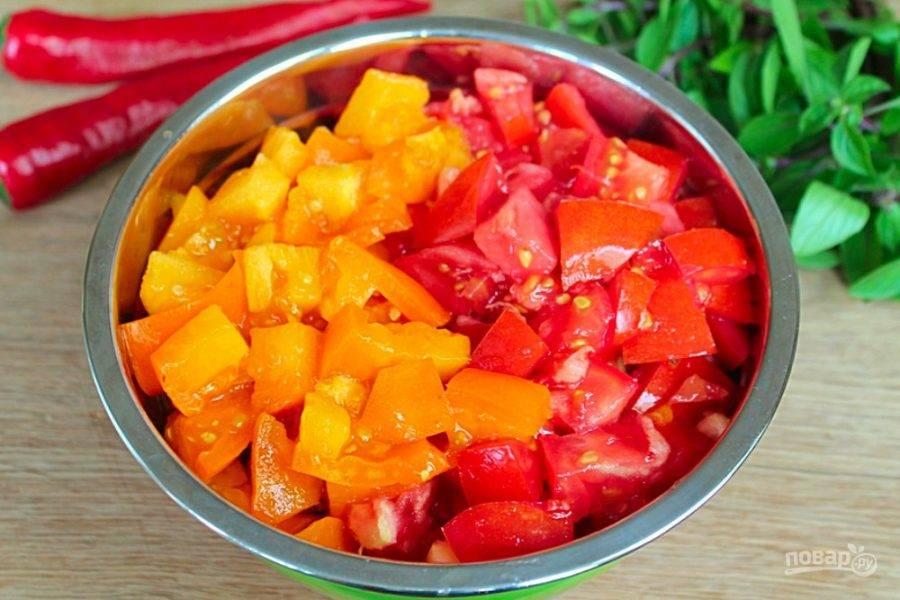 Добавляем не крупно нарезанные помидоры.