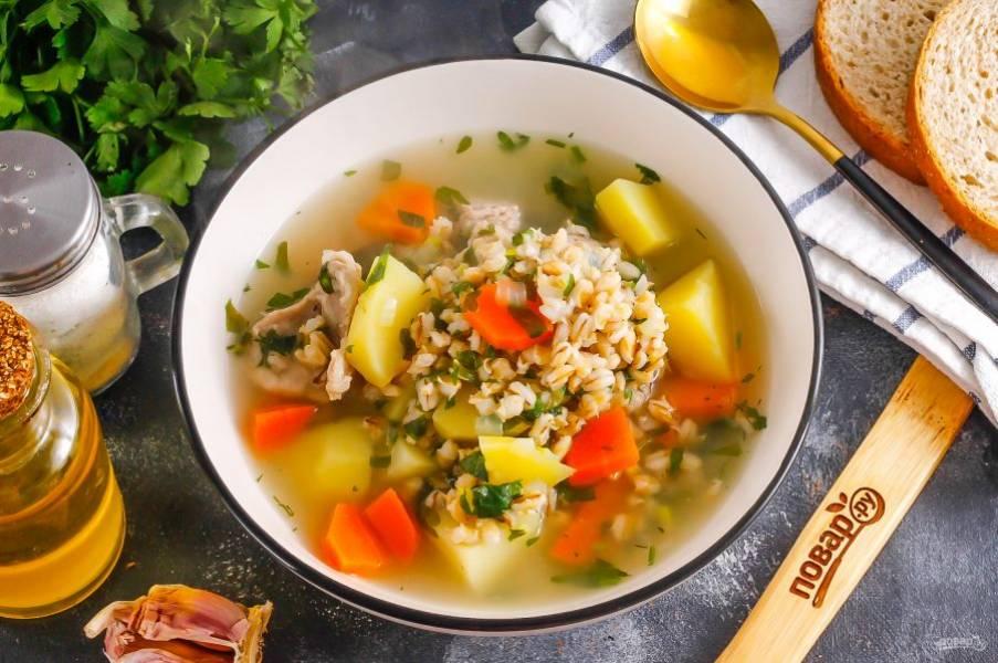 Разлейте горячий густой суп в тарелки и подайте к столу горячим вместе с хлебом.