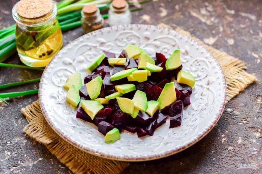 Авокадо очистите и нарежьте кубиками или дольками. Добавьте авокадо в салат.