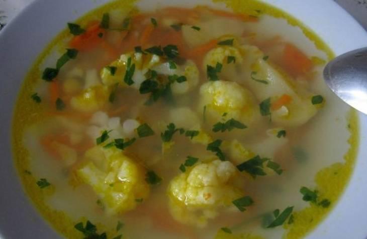 Дайте готовому супу настояться под крышкой, затем присыпьте измельченной зеленью и подавайте на стол. Приятного аппетита!