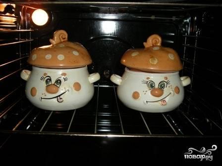 Накрываем горшочки крышками и ставим в духовку. Устанавливаем температуру 180 градусов и запекаем утку в течение часа.