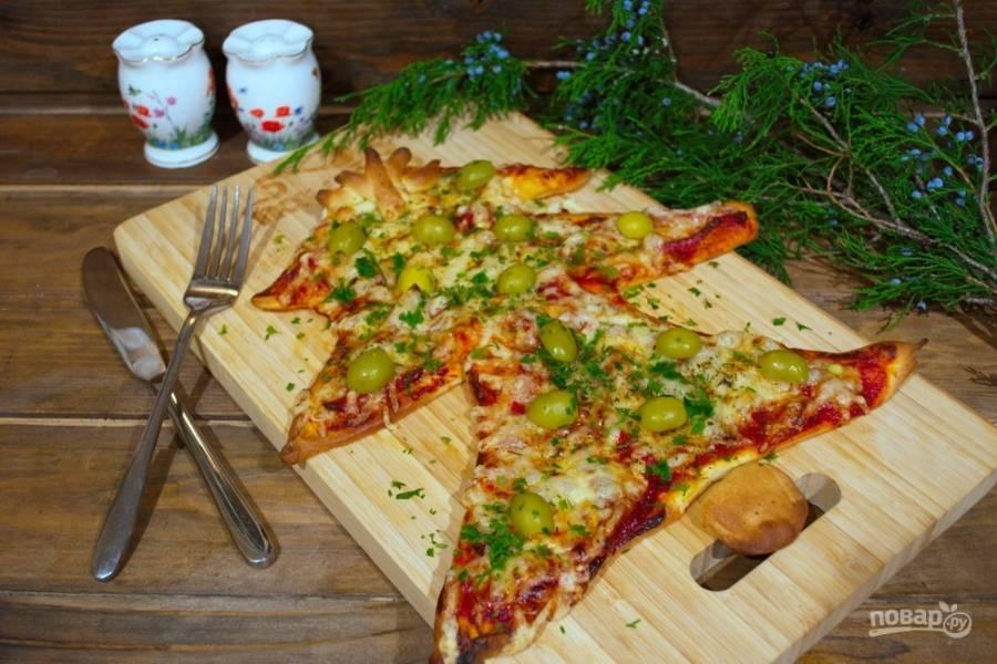 Подайте пиццу  к столу на Новый Год, посыпав зеленью.