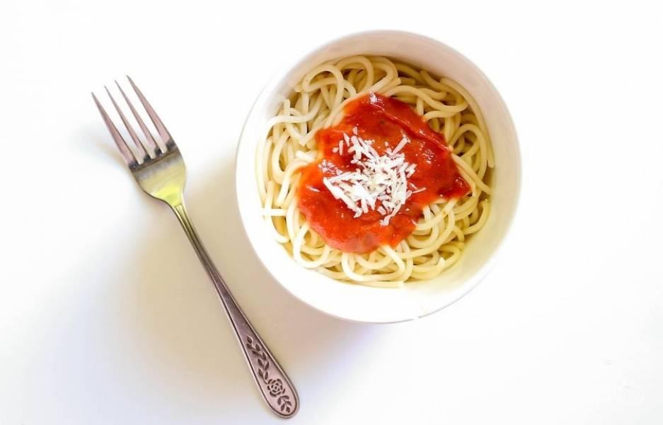 8.Переложите макароны в тарелку, полейте приготовленным соусом и посыпьте тертым сыром. Подавайте его сразу после приготовления, приятного аппетита!