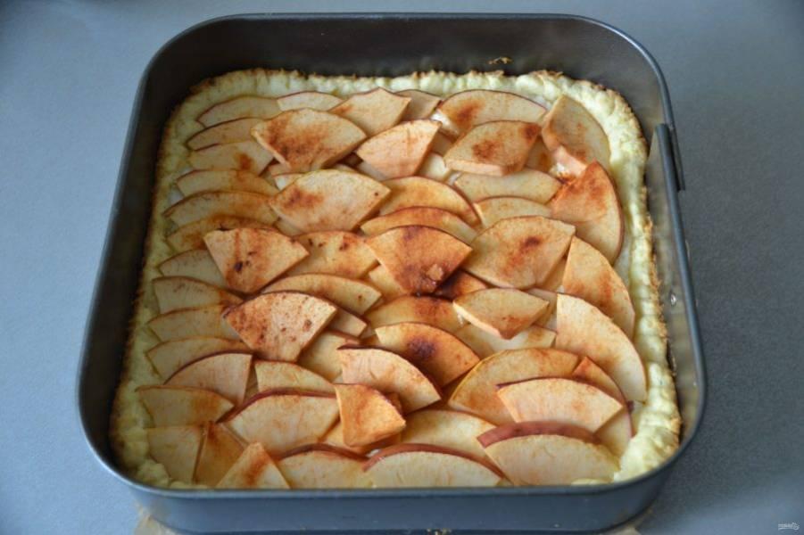 Достаньте пирог из духовки (духовку не выключайте).