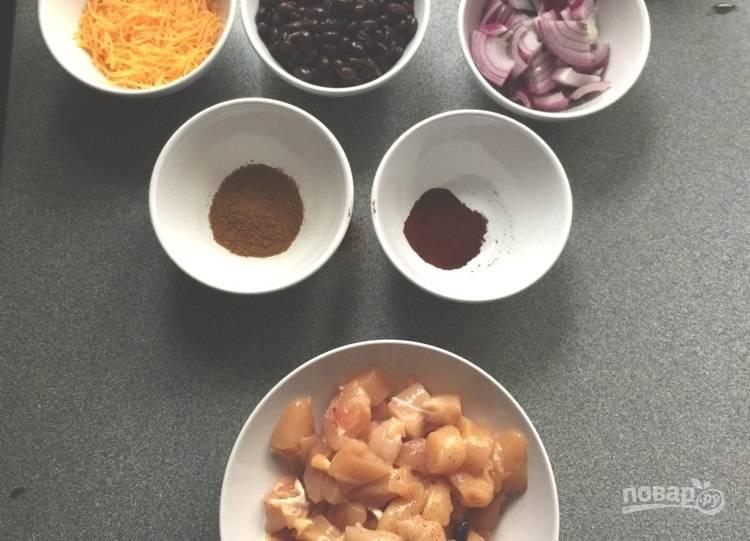 1.Нарежьте кубиками куриное филе, нарежьте полукольцами лук, слейте воду с консервированной фасоли, натрите на крупной терке сыр.