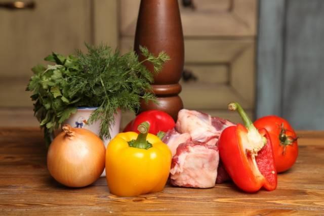 1. Вот такой скромный набор ингредиентов необходим по рецепту приготовления хашламы. При желании его можно расширить за счет других овощей или специй по вкусу.
