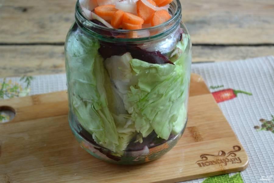 Банку объемом в 1 л. хорошенько промойте. Сложите в нее измельченные овощи слоями: морковь, лук, чеснок, свекла, капуста, свекла, лук, чеснок, морковь.