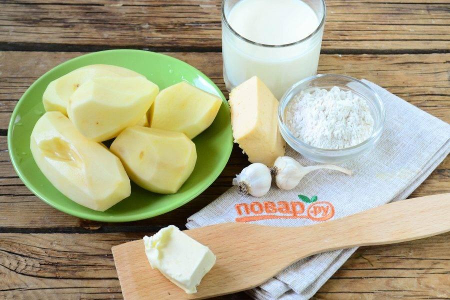 Подготовьте все необходимые ингредиенты. Картофель очистите и ополосните под проточной водой.