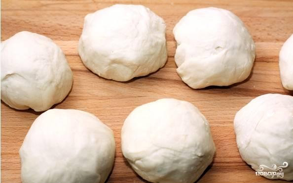 1. Перед тем, как приготовить плацинду с картошкой, просейте муку. Соедините ее с солью. Влейте воду и месите тесто на протяжении нескольких минут, пока оно станет гладким и крутым. Сформируйте шар. Накройте полотенцем. Оставьте тесто отстояться. Достаньте тесто. Разделите на 6 или 8 шариков. Накройте полотенцем и отставьте минут на 10.