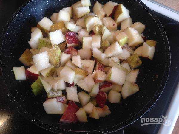 4. Смажем формы для запекания десерта сливочным маслом, оставшееся масло растопим на сковороде, добавим грушу с яблоком, посыпаем сахаром. Размешиваем и тушим-обжариваем минуты 3, до растворения сахара.