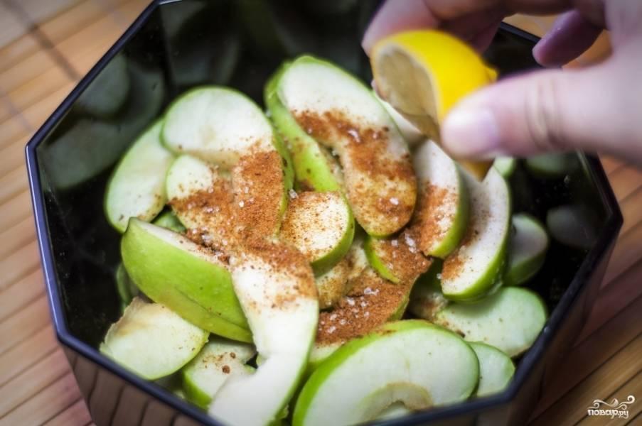 Выложите яблоки в салатницу. Посыпьте перцем Чили и корицей. Выдавите сок лимона.