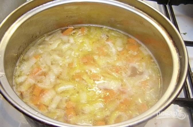 Бульон доведите до кипения. Курочку из него выньте. Добавьте рис, снова доведите до кипения. Потом добавляем обжаренные лук с морковкой. Всё снова доводим до кипения. Теперь добавляем картошку и прикрываем кастрюлю с ингредиентами крышкой. Варим суп на протяжении 15-20 минут (картофель должен быть полностью готов).