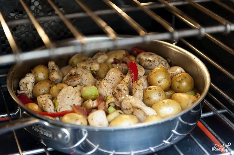 Добавляем бекон и курицу обратно в кастрюлю, тщательно перемешиваем и ставим в духовку примерно на 20 минут.