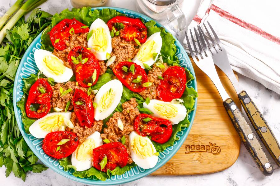 Салат с тунцом и вялеными помидорами