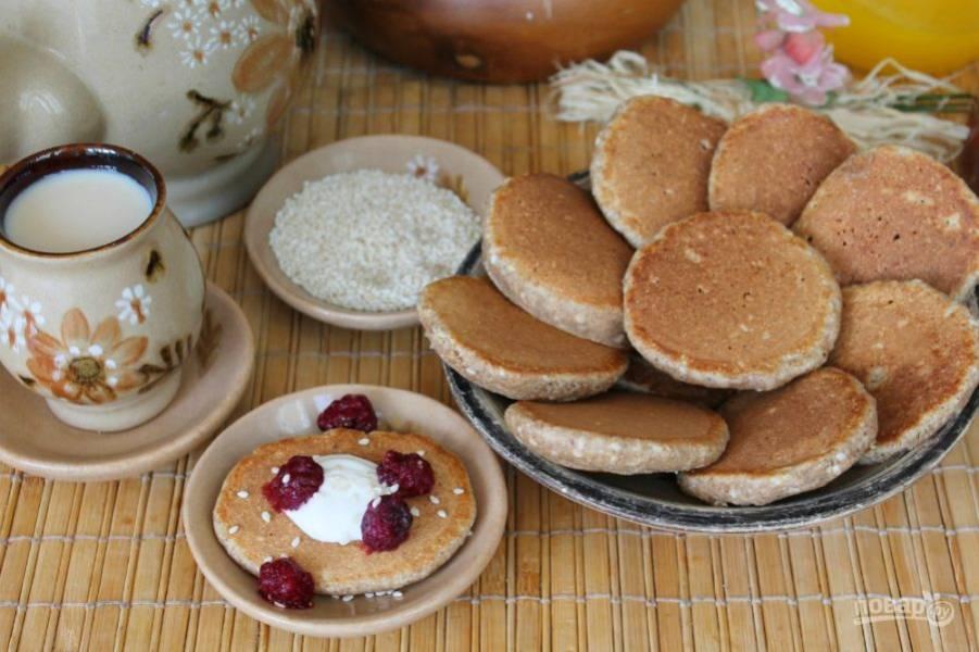 Оладьи готовы. Подаем горячими, дополнив сметаной, медом, ягодами или джемом, по своему вкусу. Приятного аппетита!