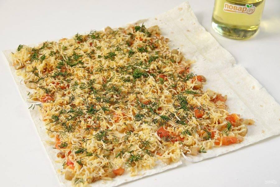 Сверху посыпьте все сыром и измельченной свежей зеленью.