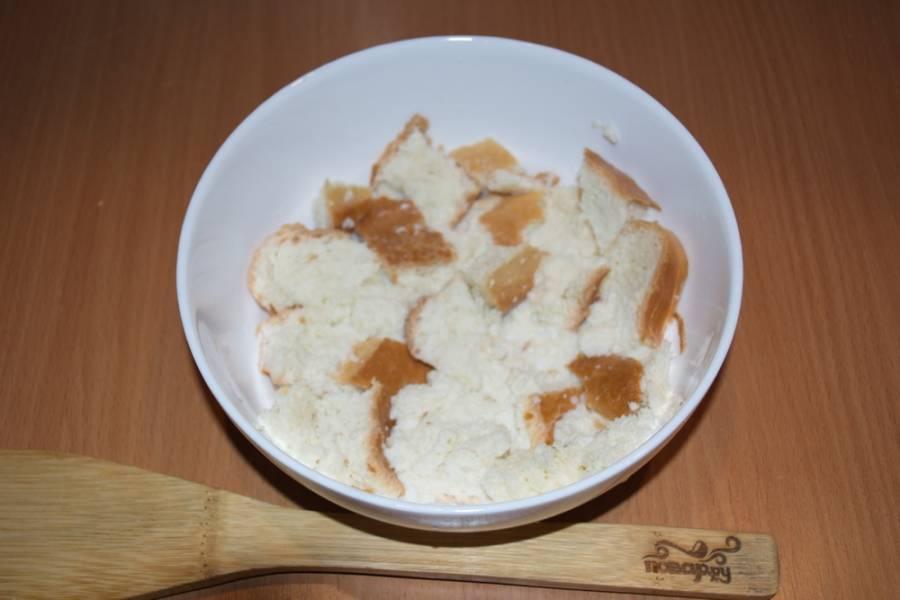 Батон белого хлеба размочите в молоке. Уйдет на это минут 15.