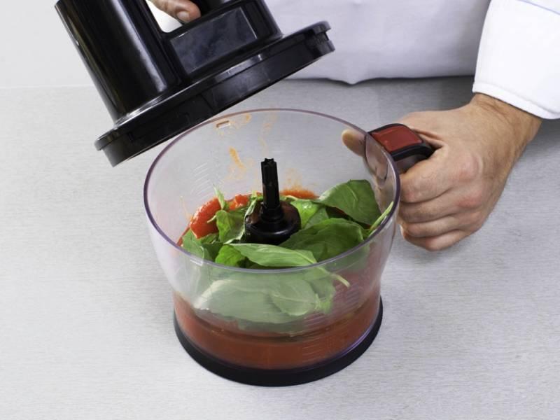 Снимите с помидор кожицу, промойте базилик и измельчите их в пюре с помощью блендера. Добавьте оливковое масло, уксус, перец и соль и хорошо перемешайте.