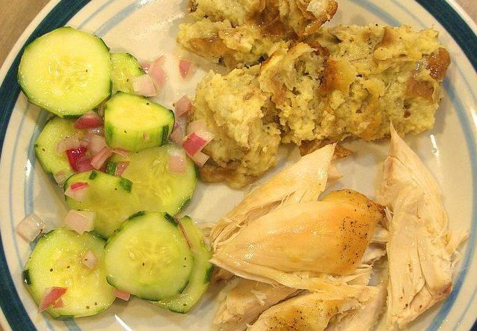 После чего аккуратно разрезаем рукав и перекладываем ароматную птицу на блюдо - подаем ее к столу. Приятного всем аппетита!