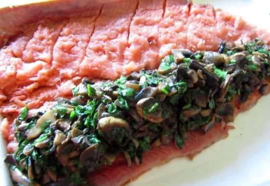 Затем обжариваем нарезанные грибы в разогретом растительном масле в течение 5-7 минут и смешиваем их с измельченными листьями шпината, слегка солим и перчим начинку. Когда она слегка остынет, выкладываем начинку на одну сторону рыбы.