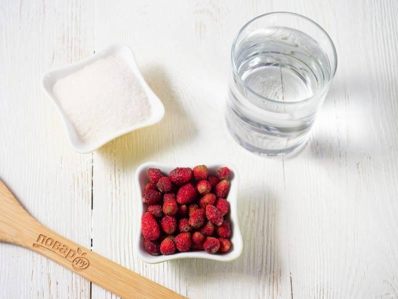 Подготовьте все необходимые ингредиенты. Указанное выше количество дано на 2 литровые банки компота. Ягоды переберите, обрежьте плохие части и помойте.