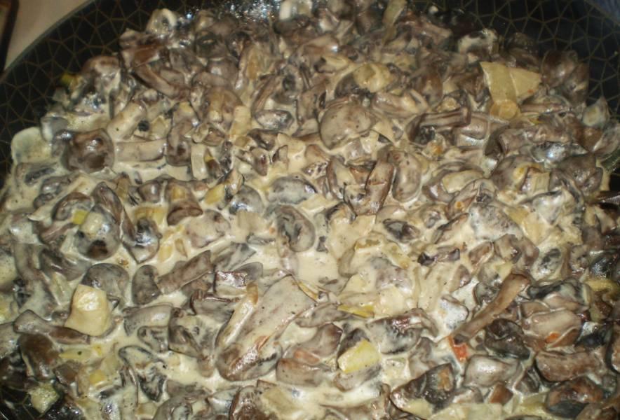 3. Немного потушим грибы с соусом на маленьком огне под крышкой. Когда все закипит, снимаем крышку, огонь увеличим и обжарим, пока излишки жидкости не уйдут.