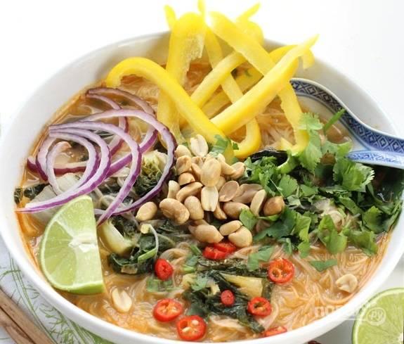 6. Разлейте готовый супчик по тарелкам, добавьте овощи, зелень, орешки и подавайте к столу.  Приятного аппетита!