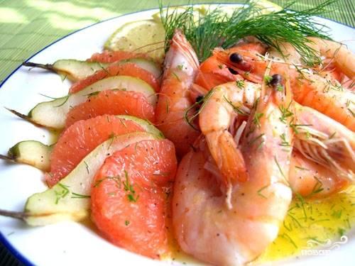 На плоскую тарелку горкой выложить остывшие креветки, а вокруг красиво разложить груши и дольки грейпфрута. Полить заправкой, украсить веточками укропа. При желании посыпать крупно нарубленными орешками кешью.