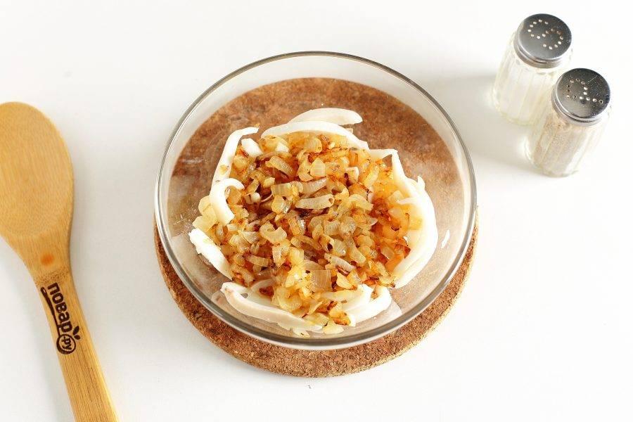 Кальмары нарежьте небольшой соломкой и переложите в глубокую миску. Сюда же добавьте обжаренный лук.