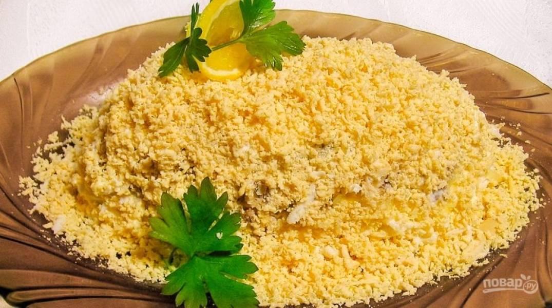 """В конце смажьте слой майонезом. Сверху натрите желток. Украсьте салат зеленью. Оставьте """"Мимозу"""" на пару часов в холодильнике. Приятного аппетита!"""