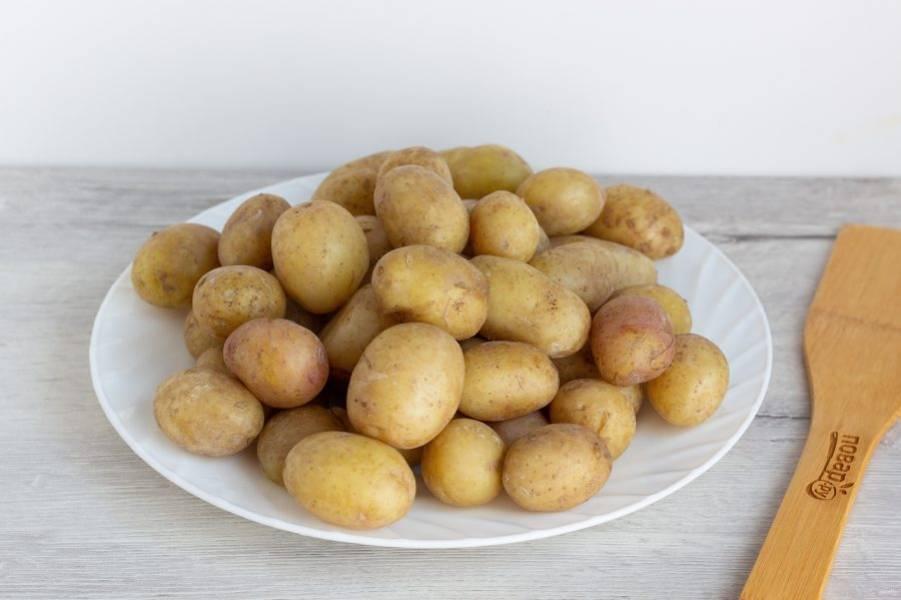 Картофель помойте с помощью щеточки. Если берете картошку покрупнее, то порежьте ее на половинки или дольки. Положите картофель в кастрюлю с кипящей подсоленной водой и варите 10 минут, не больше. Слейте воду, картофель готов к дальнейшим приготовлениям.