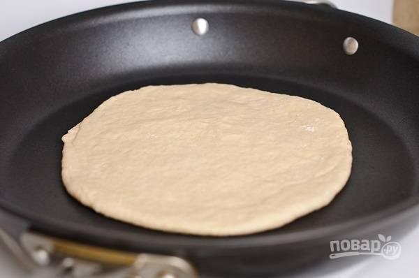 7. Выложите на сухую сковороду и жарьте под крышкой.