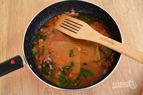 Поломайте листы лазаньи на 2-3 части, погрузите  их в подливу так, чтобы она оказалась между слоями листов для лазаньи.  Накройте крышкой и готовьте в течение 15-20 минут до мягкости макаронных изделий.
