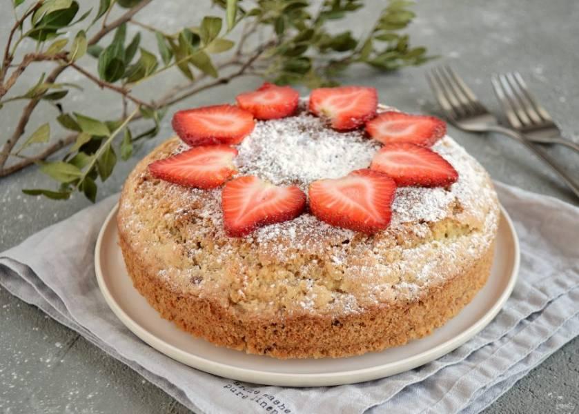 Перед подачей кекс можно украсить ягодами и сахарной пудрой. Постный кекс с орехами готов, приятного аппетита!