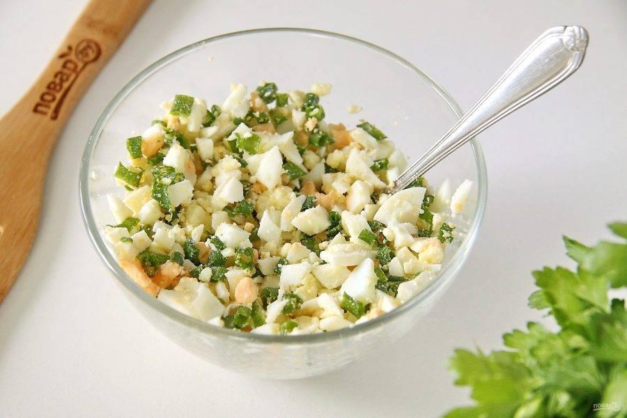 Вареные яйца нарежьте кубиками, добавьте к ним нарезанный зеленый лук, щепотку соли и перемешайте. Начинка для зраз готова.