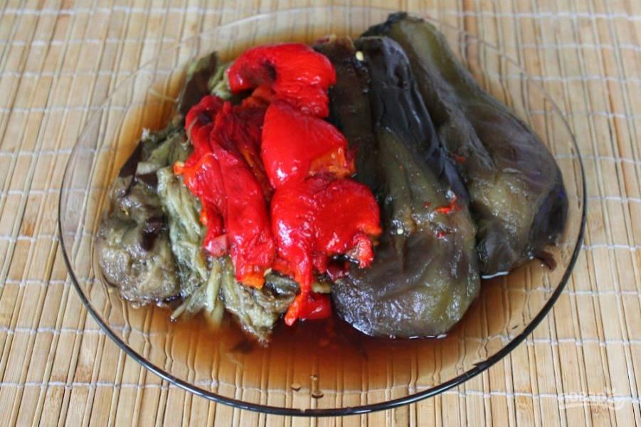 Из духовки вынимаем готовые овощи. Баклажаны чистим. Из перцев удаляем семечки и тонкую шкурку-пленку, которая, после запекания, легко отделяется от перцев.
