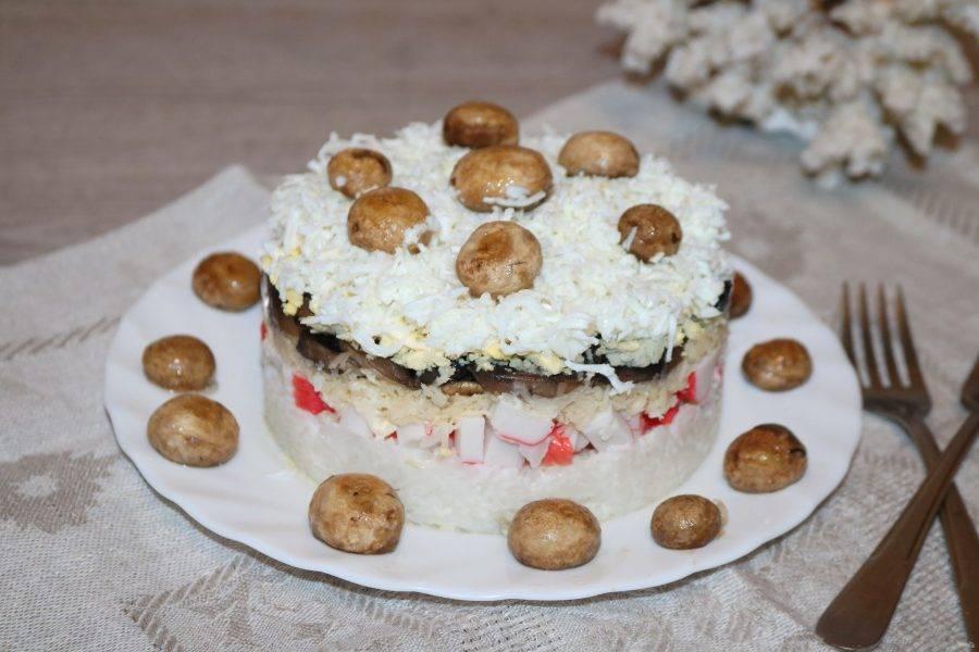 Салат с крабовыми палочками, рисом и грибами готов. Прошу к столу!