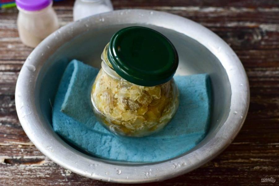 В миску или кастрюлю на дно выложите тряпку, установите банку с икрой, налейте воду. Стерилизуйте икру в течение 7-10 минут.