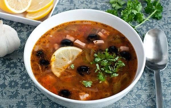 8. Перед подачей по вкусу можно добавить половинку лимона и оливки - эти два ингредиента усилят вкус блюда и сделают суп необыкновенным.