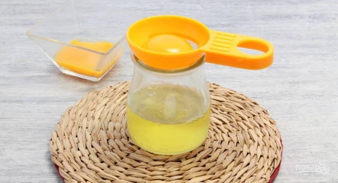1.Куриные яйца мою, отделяю желтки от белков, использую только первые, поэтому белки убираю в холодильник, в дальнейшем сделаю из них что-нибудь.