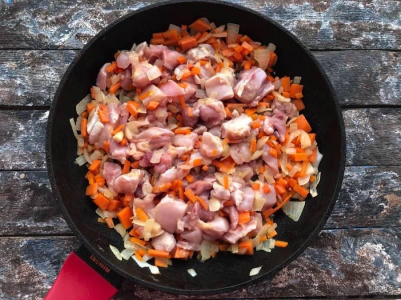 Добавьте нарезанную курицу и обжаривайте все в течение 10-12 минут.