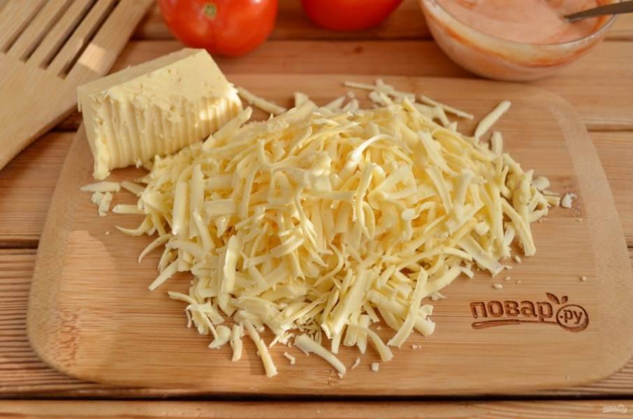 На крупной терке натрите сыр.